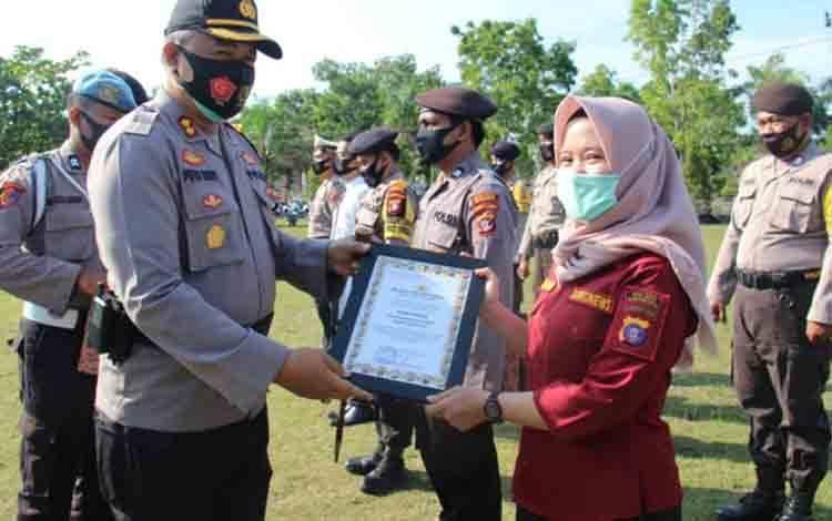 Kapolres Sukamara, AKBP I Gede Putu Dedy Ujiana menyerahkan piagam penghargaan kepada Borneonews.co.id.