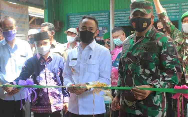 Wali Kota Palangka Raya Fairid Naparin didampingi pejabat terkait meresmikan hasil bedah rumah.