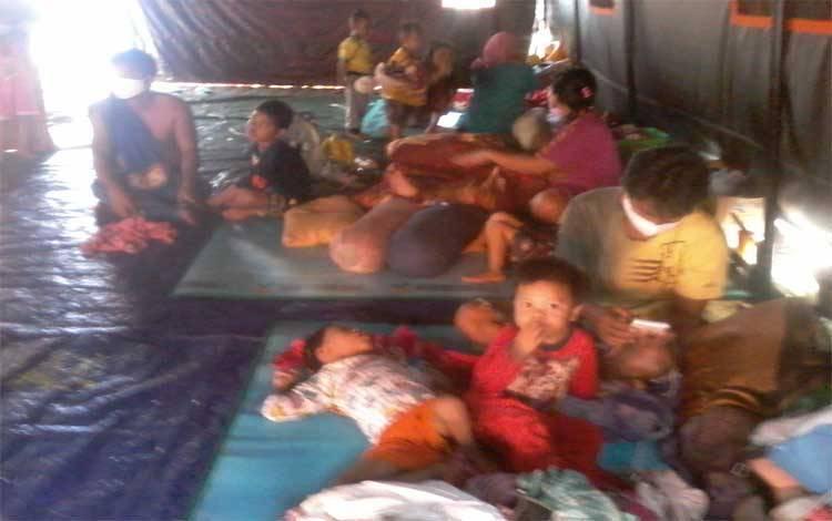 Sejumlah warga yang memiliki balita dan anak-anak di posko banjir Taman Religi Kasongan ini berharap ada bantuan susu