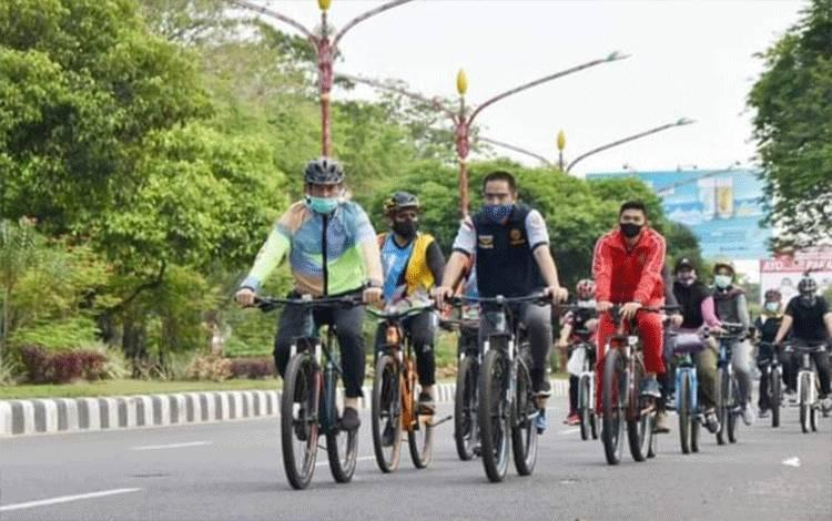 Sekda Kalteng melakukan olahraga bersepeda.