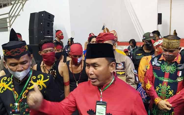 Gubernur Kalteng, Sugianto Sabran didampingi Ketua DAD Kalteng Agustiar Sabran bersama sejumlah tokoh adat.