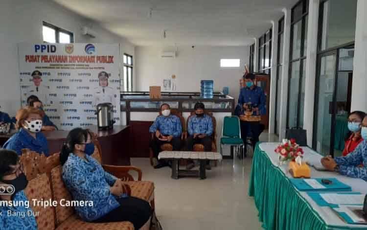 Sertijab sekaligus temu kenal Kepala Diskominfo Persandian dan Statistik Gunung Mas, Ruby Haris dengan pegawai, Jumat, 18 September 2020.