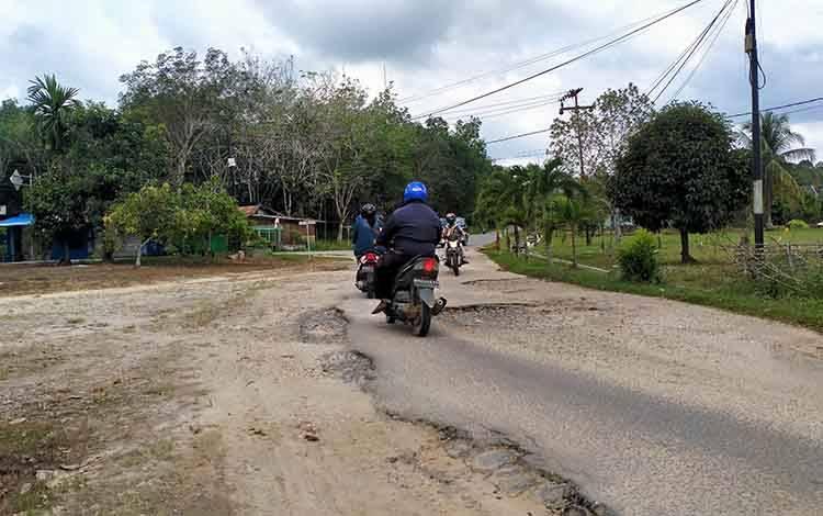 Pengendara roda saat melintasi jalan dalam Kota Kuala Kurun