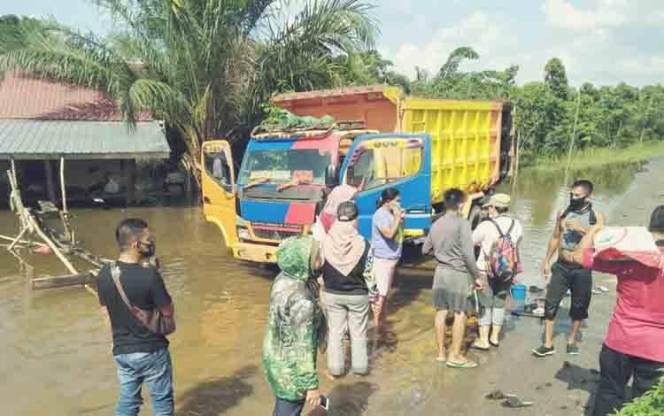 Satgas Batingsor Pemkab Lamandau saat mendata dan menyalurkan bantuan bencana banjir dari Gubernur Kalteng kepada warga RT 12 Nanga Bulik, Jumat 18 September 2020.