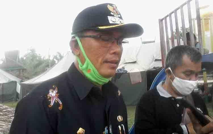 Wakil Bupati Katingan, Sunardi Litang menunjungi posko banjir di Taman Religi Kasongan