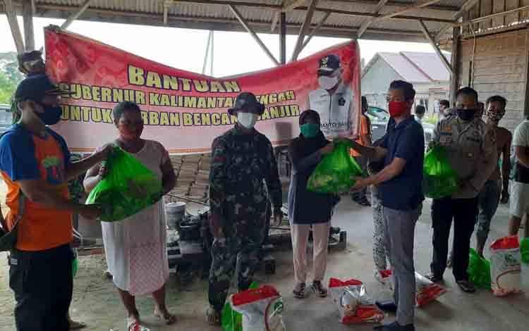 Satgas Batingsor menyalurkan bantuan dari gubernur untuk korban banjir di RT 12 Nanga Bulik, Jumat 12 September 2020