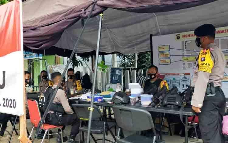 Personel Polda Kalteng saat melakukan pengamanan di Kantor Bawaslu