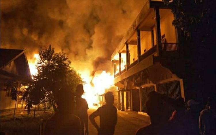 Kebakaran melanda kawasan Pasar Pujon, Kecamatan Kapuas Tengah dinihari tadi.