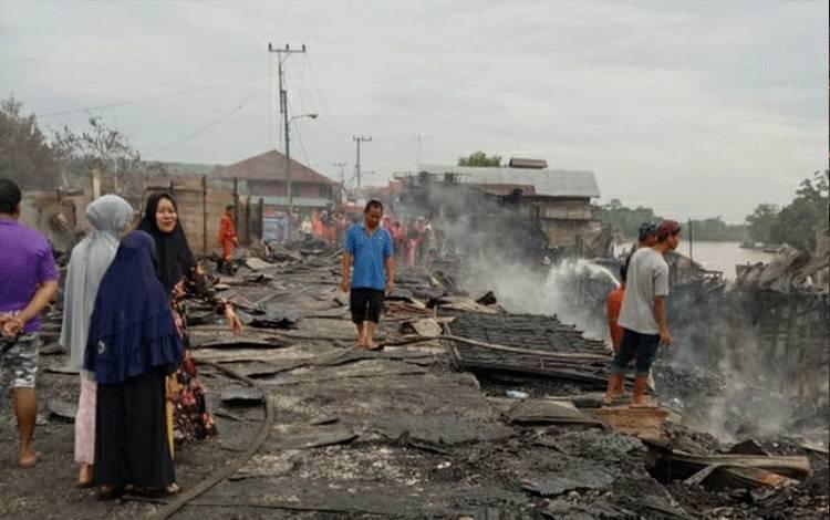 Sisa puing bangunan di kompleks Pasar Pujon, RT 02, Kecamatan Kapuas Tengah pasca kebakaran, tadi malam.