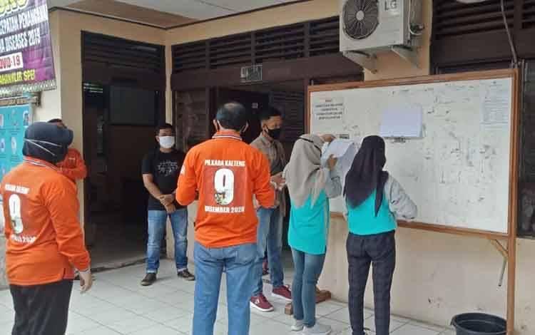 Ketua KPU bersama anggota saat monitoring pemasangan pengumumam DPS di Kelurahan Hilir Sper.