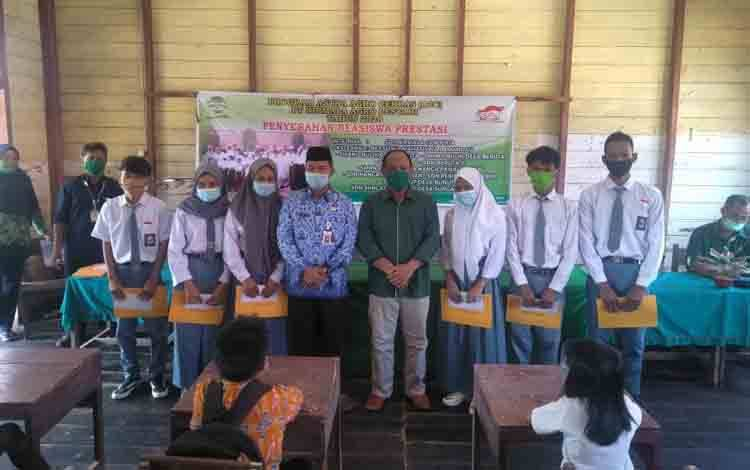 Kadis Dikbud Lamandau, Abdul Kohar saat peneryaah program beasiswa dari salah satu kalangan swasta.