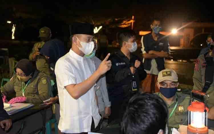 Wali Kota Palangka Raya, Fairid Naparin saat razia masker bersama Satgas Covid-19