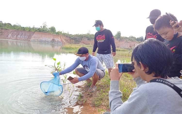 Kepala Desa Dorong Superson saat menebar ikan di Danau Biru