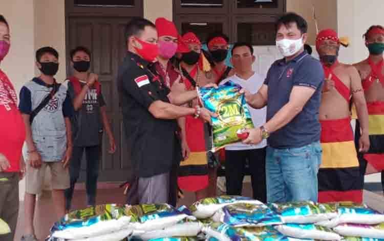 TBBR saat menyerahkan bantuan korban banjir di Kecamatan Telaga Antang.