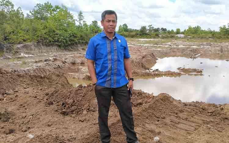 Anggota Komisi I DPRD Kotawaringin Timur, SP Lumban Gaol saat sidak galian C.
