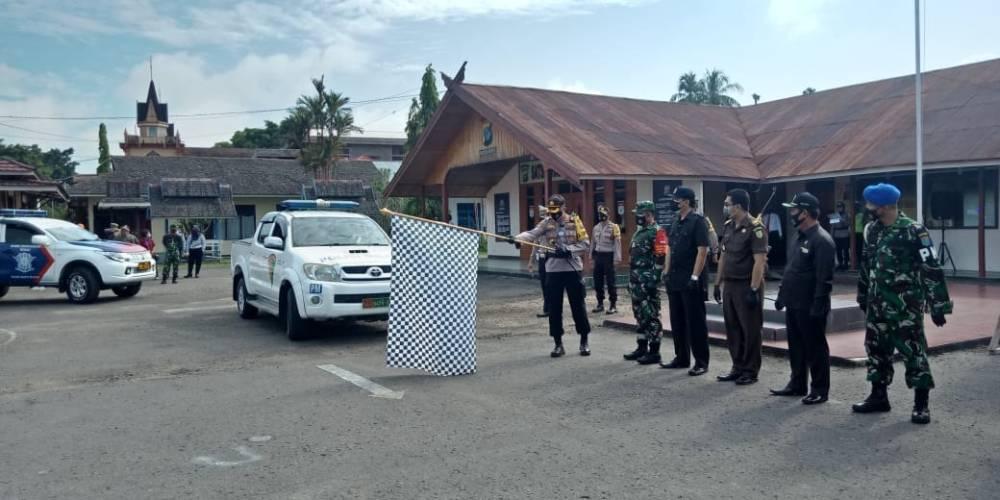 Kapolres Barsel AKBP Devy Firmansyah didampingi Dandim 1012Buntok Letkol Inf Dwi Tantomo melepas mobil TRC.