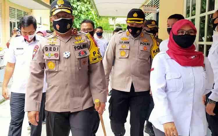 Kapolda Kalteng Irjen Pol Dedi Prasetyo didampingi Ketua KPU Kotim Siti Fathonah melihat kesiapan pengamanan di kantor tersebut.