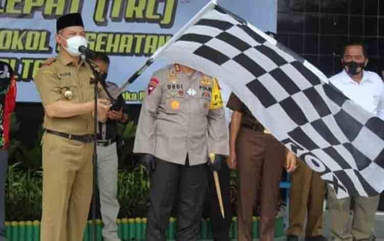 Sekda Kalteng Fahrizal Fitri saat melepas Tim Reaksi Cepat Penindak Pelanggar Protokol Kesehatan Covid-19.