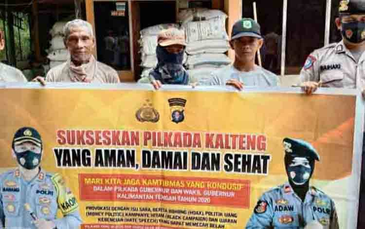 Personel Polsek Kapuas Timur saat mengajak masyarakat mewujudkan Pilkada Damai di Desa Anjir Serapat Tengah.