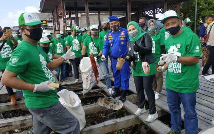Kasat Polairud Polres Seruyan Iptu Slamet Widodo, turut serta membersihkan sampah di sekitar Dermaga bongkar muat Kuala Pembuang. Hal itu dilakukan untuk mendukung Gerakan Bersih Sungai Seruyan.