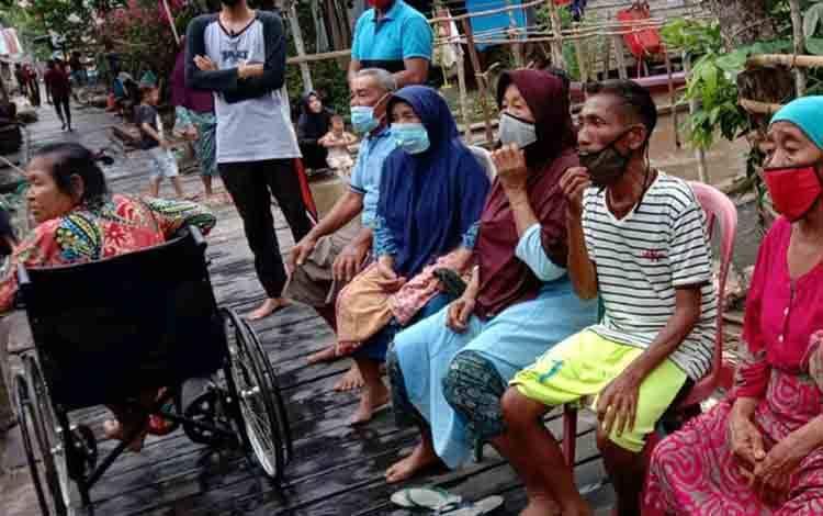 Warga terdampak banjir  di beberapa desa wilayah Kecamatan Danau Sembuluh antusias mendatangi pelayanan kesehatan yang dilaksanakan Dinas Kesehatan Seruyan.