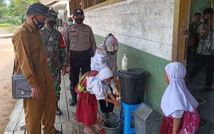 Sosialisasi adaptasi kebiasaan baru di lingkungan sekolah di Kecamatan Kahayan Kuala