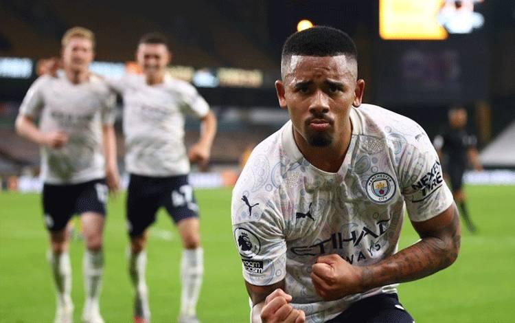 Pemain Manchester City Gabriel Jesus merayakan golnya ke gawang Wolverhampton Wanderers dalam pertandingan Liga Inggris kedua tima di Stadion Molineux, Wolverhampton, Inggris, pada 21 2020. (Pool via REUTERS/MARC ATKINS)