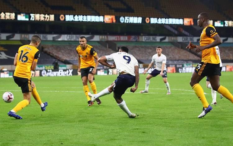 Pemain Manchester City Gabriel Jesus saat mencetak gol ke gawang Wolverhampton Wanderers dalam pertandingan Liga Inggris di Stadion Molineux, Wolverhampton, Inggris, 21 September 2020. (Pool via REUTERS/MARC ATKINS)