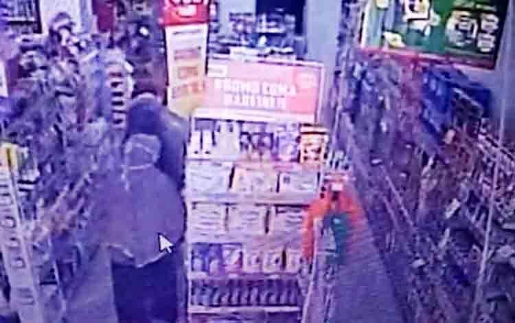 Lima wanita diduga melakukan aksi pencurian di Alfamart Jalan Piere Tendean, Kota Palangka Raya, terekam kamera CCTV pada Minggu siang, 20 September 2020.