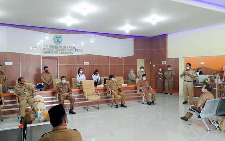 Bupati Lamandau, Hendra Lesmana saat meninjau langsung gedung hasil renovasi untuk pelayanan terpadu satu pintu di Dinas PMPTSP, Selasa, 22 September 2020.