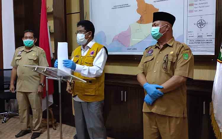 Wabup Sukamara, Ahmadi didampingi Plt Kepala Dinas Kesehatan Sukamara dan Direktur RSUD Sukamara saat menyampaikan rilis terbaru seputar perkembangan kasus covid-19, Selasa, 22 September 2020.