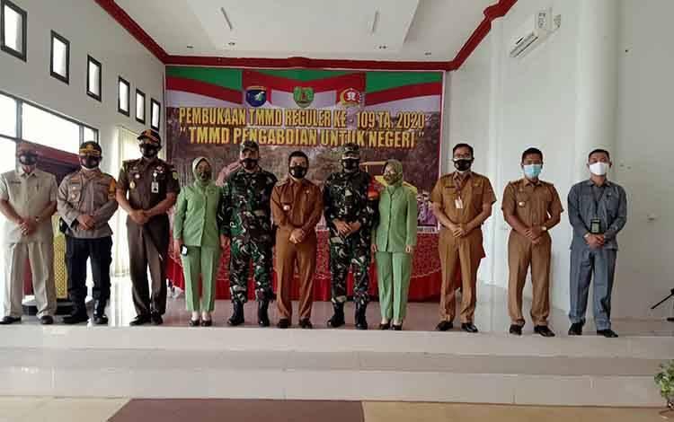 Bupati Barito Timur Ampera AY Mebas seusai pembukaan kegiatan pembukaan TMMD