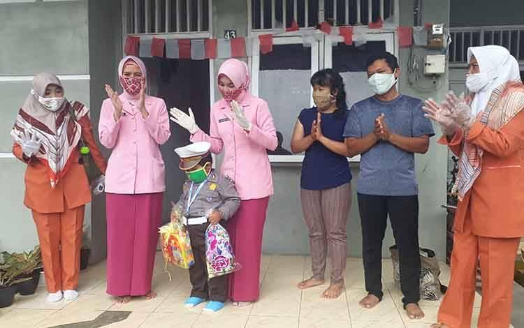 Ketua Pengurus Yayasan Kemala Bhayangkari Kobar Ny Suci Andi Kirana beri hadiah pada anak PAUD
