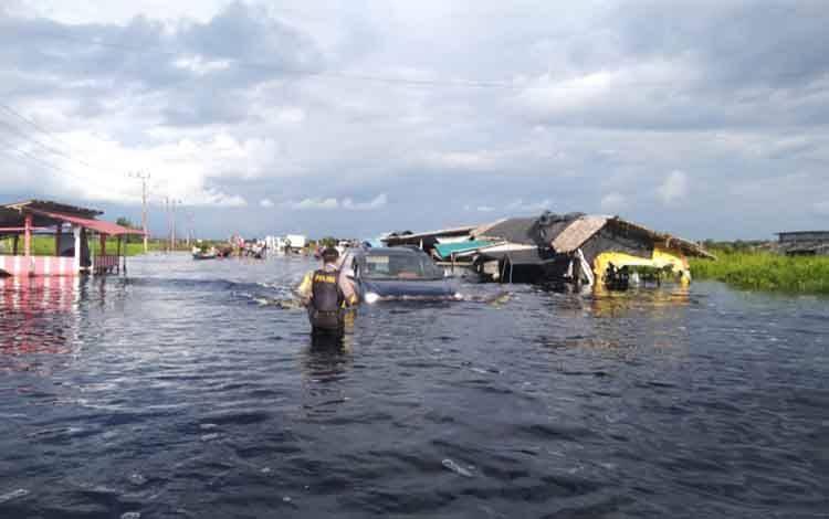 Jalur Pangkalan Bun - Kotawaringin Barat tergenang banjir, Selasa, 22 September 2020.