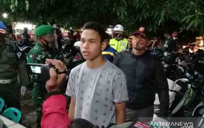 Seorang warga sedang membaca hafalan surah pendek Alquran akibat tidak mematuhi protokol kesehatan di Simpang Mesra, Banda Aceh, Sabtu (19/9/2020). (foto : ANTARA/HO-Humas Pemkot Banda Aceh)
