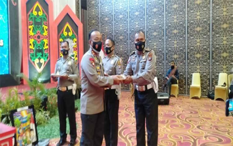 Anggota Satlantas Bartim Ipda Abadi Rohmad mendapat penghargaan langsung diberikan Kapolda Kalteng