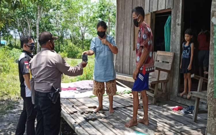 Personel Polsek Sepang menyambangi rumah warga untuk sosialisasikan protokol kesehatan