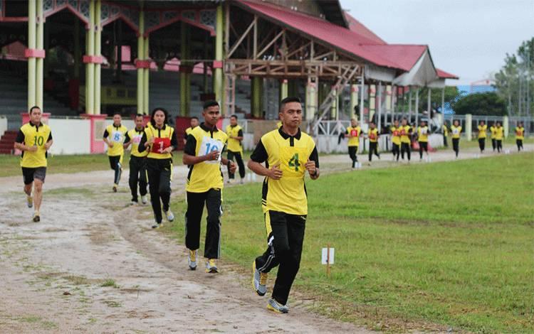 Personel Satbrimob Polda Kalteng laksanakan tes kesemaptaan jasmani di lapangan Senaman Mantikai Kota Palangka Raya, Selasa 22 September 2020.