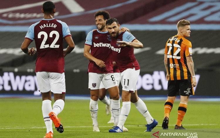 Gelandang West Ham United Robert Snodgrass (kedua dari kanan) merayakan gol pertama mereka dengan rekan-rekan setimnya pada pertandingan putaran ketiga Piala Liga Inggris yang dimainkan di Stadion London, Selasa (22/9/2020). (ANTARA/REUTERS/ALASTAIR GRANT)
