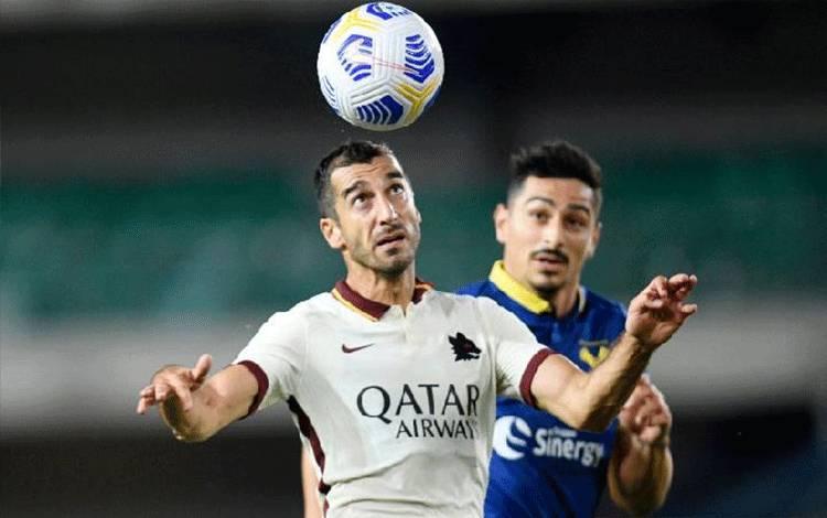 Penyerang AS Roma Henrikh Mkhitaryan (kiri) sedang berduel memperebutkan bola dalam pertandingan Liga Italia melawan Hellas Verona di Stadion Marc Antonio Bentegodi, Verona, Sabtu (19 September 2020). (/REUTERS/DANIELE MASCOLO)