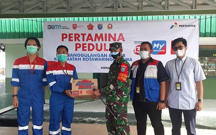 Dandim 1014 Pangkalan Bun Letkol Arh Drajat Tri Putro terima bantuan sembako dari Pertamina dan langsung disalurkan kepada korban banjir di Kecamatan Kotawaringin Lama.