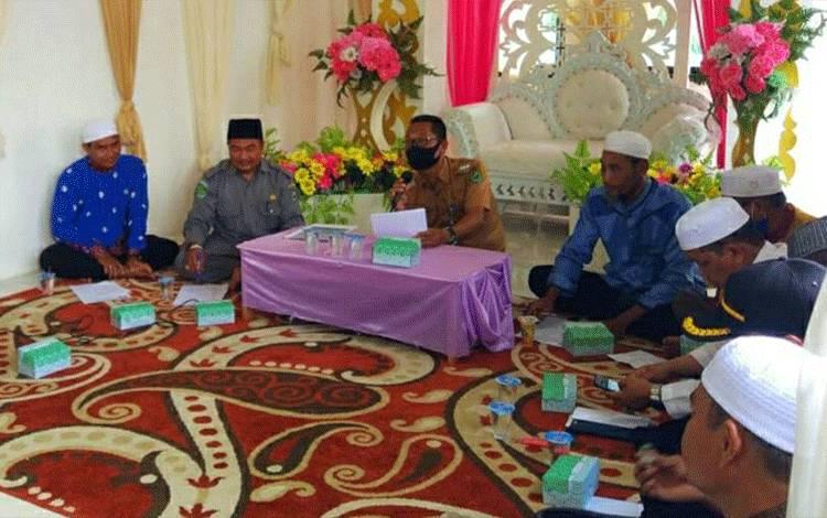 Kepala KUA Tamban Catur, Herry saat hadiri Pembentukan pengurus MUI tingkat Kecamatan Tamban Catur.