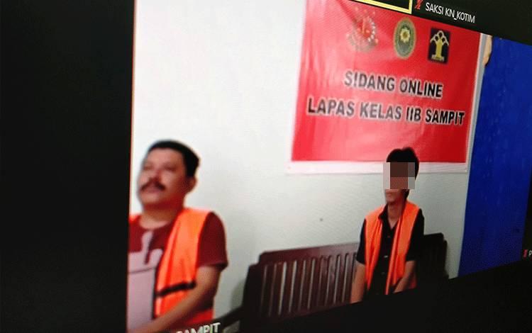 Jhony Irfania alias Iyon (kiri) dan Ririn Humaya terdakwa kasus sabu.