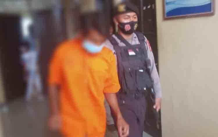 Terduga pelaku pembunuhan saat digiring menuju ruang tahanan Polresta Palangka Raya.