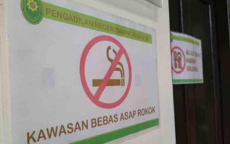 Peringatan untuk tidak merokok di KTR lingkungan Pengadilan Negeri Sampit.
