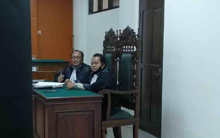 Mahdianur dan rekan, kuasa hukum terdakwa kasus sabu, Sarmansyah alias Isar saat mengikuti persidangan secara virtual.