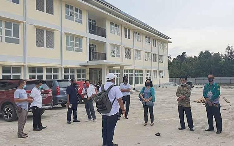 Pansus Covid-19 DPRD Barito Timur saat mengecek kesiapan tempat isolasi pasien covid-19 di Desa Jaar, Rabu, 23 September 2020.