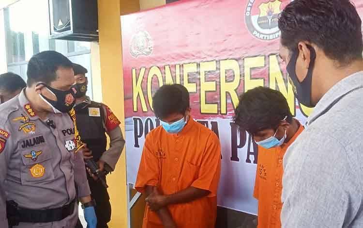 Kapolresta Palangka Raya, Kombes Dwi Tunggal Jaladri saat menginterogasi terhadap kedua pelaku curanmor, Rabu, 23 September 2020.