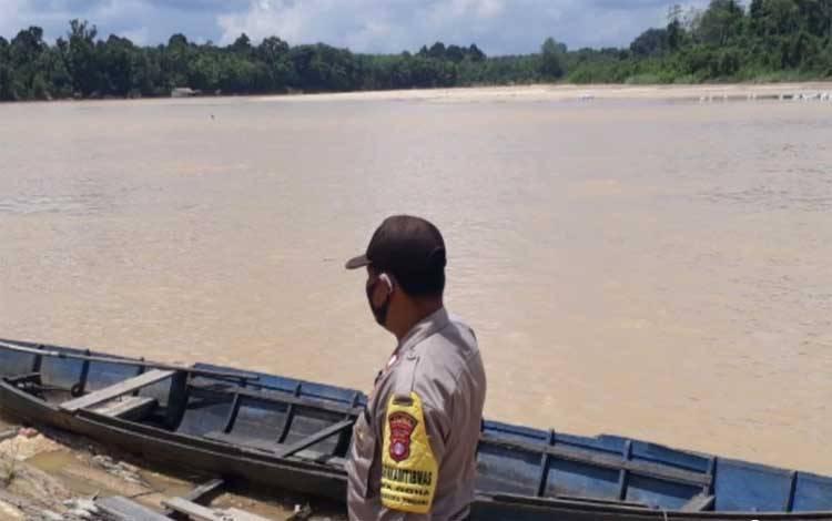 Personel Polsek Banama Tingang saat memantau debit air Sungai Kahayan