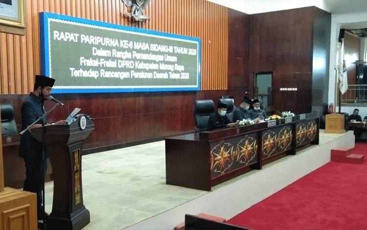 Sidang Paripurna DPRD dalam rangka mendengarkan pemandangan umum fraksi pendukung dewan terhadap dua buah Raperda. (Foto Trisno)